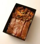 こだわりの焼肉重と、近江牛サーロインステーキがひとつになった贅沢なお弁当です。  [容器サイズ] 約12×18cm