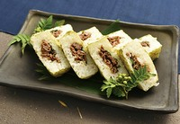 ポルトガル語で小舟を意味するバッテイラ。  甘辛く味付けされた近江牛を挟み込むようにして押し寿司に仕上げました。 近江牛と大葉が味のアクセントとなり、松喜屋オリジナルの一品です。