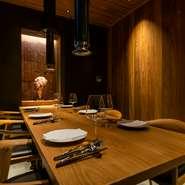 色調を抑えたワインカラーと光の饗宴。シックな個室は、接待や大事な商談を行う会食の場としての優雅な時間が流れていきます。グルマンの舌を唸らせたいなら『熟成肉を楽しむコース』がおすすめ。