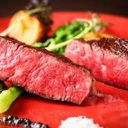 1cm角に切った熟成肉と粗挽きミンチと玉ねぎのみでつくられた、辛さの効かせた大人のカレーパン。揚げていないので、とてもヘルシーにいただけます。スパイシーな味と薫りが、口の中で一気に広がります。