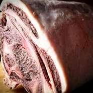 熟成肉の素材となる黒毛和種は岩手・宮城・山形の東北三県の中から、また、土佐あかうしは高知県の中から雌牛を育てている農家の方から選び抜いて仕入れています。