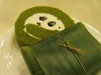 抹茶の生地で小豆と生クリームを包みました。笹の葉の香りも楽しめます♪
