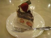 ゼフィールのロングセラー商品!ココア生地に生クリームと苺をサンドしてチョコをまぶした一品。