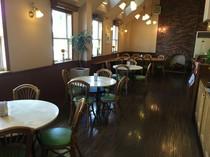 落ち着いた雰囲気の喫茶スペース