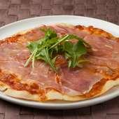 生地は薄目。カリカリ感がおいしい『生ハムと卵のピザ』