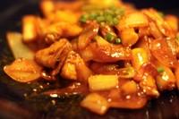 ボリューム抜群の韓国風お餅の炒め物。韓国ハムや野菜もたっぷり入って甘辛い味付け。ハーフサイズも可能。