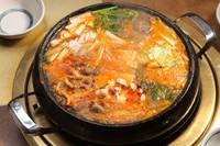 4種類の和牛モツを贅沢に使ったモツ鍋。本場韓国の料理人直伝の味をご賞味ください。2~4人でどうぞ。