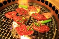 カルビと比べると牛脂分が少なく、黒毛和牛ならではの旨味を味わうことができます。炭焼きでヘルシーに。