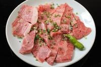 肩ロースのステーキ肉に使われる部位をご提供しています。分厚くて食べ応え満点です。(写真は二人盛り)