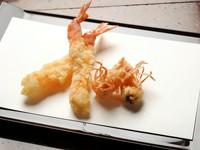 先附(京の逸品)/おまかせ天ぷら/お口直し(圓堂特製サラダ)/お食事/水物 などをご用意しております。