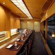 打水された涼しげな路地を望む和風板前カウンター。京都ならではの豊かな食材を目前で揚げ立ての天ぷらに。