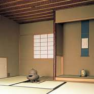 趣のある茶室では、炉、水屋、坪庭に囲まれながら、自分だけの京都らしいひと時を堪能していただけます。