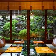 庭に囲まれた離れの数奇屋造りの座敷は、控え間を備え、ゆっくりと接待や商談に使用できます。