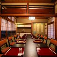 各種の会合に利用できる広い座敷席(個室)。『圓堂名代の京風天ぷら会席』はお客様の席に華を咲かせます。