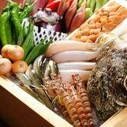 産地と鮮度にこだわった食材はどれも自慢できる逸品ばかりです。「塩」や「天つゆ」は、こだわりぬいた独自の調配合を施し、使用している天ぷら油は、上質な綿の実を贅沢に絞った「最高級綿実油」です。