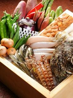 竹ザルに盛られた旬の食材が並んでいます