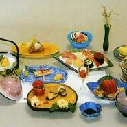 前菜から始まりお食事は、お寿司、最後はフルーツまでついています。10名様~65名様、10月中に30名様以上の御予約をされた方に、忘年会当日いいちこシルエットボトル1本をプレゼントいたします。お早めに御予約を