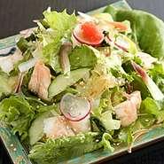 十数種類の野菜と具が入った身体にうれしいサラダです。