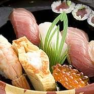 厳選された活きの良いネタで鮨の醍醐味を味わってください。