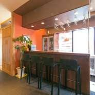 和食店でもありながら、バーカウンターもご用意しておりますので。お1人さまでも気軽にご利用いただけます。ひとりでのんびりしたいときにもおすすめです。