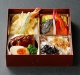 プロの板前が作った本格的な日本料理の四仕切りのお弁当です。お祝いやご法事、会議など、ご来客のおみやげなどにもどうぞ。