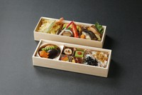 プロの板前が作った本格的な日本料理の六仕切り(二段)のお弁当です。お祝いやご法事、会議など、ご来客のおみやげなどにもどうぞ。