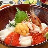 イクラ、ウニ、ぼたんえび、ズワイ蟹、ほたて、イカ、紅鮭、白身 の贅沢丼