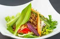 どっさり野菜の上に、ホットなキノコ…マスタード風味で美味! 熱々で~~す。