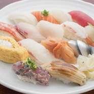 お昼のセット。その日おすすめのにぎり鮨を15カンに、味噌汁にデザートが付きます。お鮨をたくさん食べたい、という、お鮨好きにはたまらないメニューです。