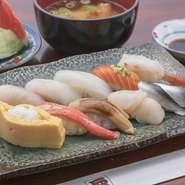 にぎり鮨10カンと、味噌汁、デザートのセット。新鮮なお魚がメニューの主役です。入荷食材の大半は、お昼のセットで使ってしまいますので、いつでも新しいネタを楽しめます。