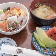 新鮮なお魚を中心に使った、ちらし寿司のランチセット。常連さんや家族連れのお客様にも好評のメニューです。