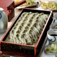 小千谷市は『へぎそば』発祥の地。良質のそば粉を使った手作りの麺は、お子様やご年配の方にも安心です。人数に合わせた個室もご用意しておりますので周りを気にせずお過ごしいただけます。