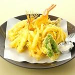 季節の山・海の幸を揚げたての天ぷらで。  天ぷら       ¥957 旬の野菜天ぷら   ¥803 山海天ぷら盛合せ  ¥1,595 きのこ天ぷら    ¥583