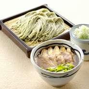 個性際立つつけ汁は、そばを食べた後 そば湯で割ってスープとしても楽しめます。  鴨南蛮つけそば       ¥1,254 みどりのピリ辛鶏つけそば  ¥1,254