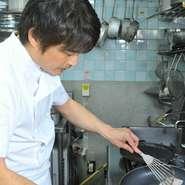 料理の道30年の吉澤シェフ。「ほんとうにおいしいものを食べていただきたい」と真心をこめて腕をふるいます。