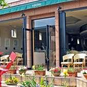南仏風の開放的なレストラン。パーティー、デートにもお勧め。