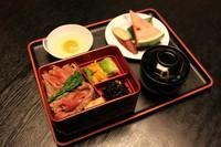すき焼き(牛肉)の美味しい重箱です。味噌汁、生卵、フルーツ、さつま芋付き