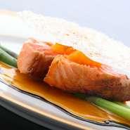 生でも食べられる新鮮なトラウトサーモンをミディアムに焼き上げます。半生の絶妙な焼加減を味わえます。