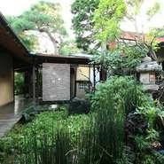 手入れの行き届いた中庭には緑が溢れています。四季を感じられる日本庭園です。渡り廊下を歩いて離れへ。