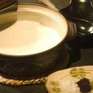 こだわりの豆乳とにがりをゆっくり混ぜ合わせ蒸すこと15分。大豆の甘みを感じる一品。