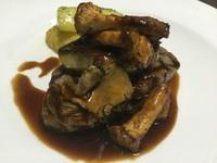 クラシックフレンチ王道肉料理。最上の和牛ヒレ肉と最上のフォアグラのゴージャスの肉料理です。ゴージャスな赤ワインでお楽しみください。
