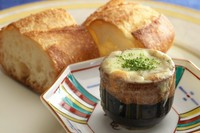 名物生ウニのチーズ焼き 本日のオードブル 名物フレッシュフォワグラのソテー *本日のメイン料理をお選びください。  本日の魚料理 又は本日の肉料理3種より *本日のデセール カフェ又は紅茶