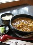 和出汁に合ったカレーうどん。揚げ餅や海老の天ぷらのトッピングでさらにおいしく!