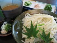 郷土料理の冷汁(すったて)をつけ汁にした季節限定のうどんです。暑い夏にはピッタリです!