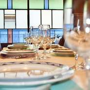 当店2階お座敷は、和と洋が合わさった大正ロマンな空間となっております。ご宴会、結婚式、歓送迎会、各種記念日など皆様の大切なお集りにご利用下さい。4名様~52名様まで個室としてご利用いただけます。