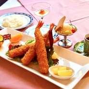 ・本日のスープ ・エビフライ ・カツレツ ・ホワイトシチュー ・トマト風味のポトフ ・付け合わせ ・ご飯又はパン ・コーヒー又は紅茶 (内容は食材等により変更になることがございます。)