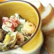 エビとタコや季節の魚介類をオリーブオイルで煮ました。ガーリック風味の逸品です