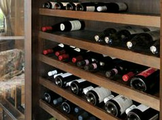本場フランス産の食材とワインセラーに取り揃えたドリンク類