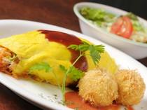 卵でふわっと包んだオムライスと、人気カニコロのランチ。