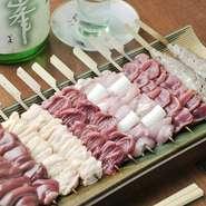 コクと風味に加え、低脂肪でヘルシーな甲州赤鶏。各部位に串に巻き付け、備長炭で一本ずつ丁寧に焼き上げます。希少価値の高い『白レバー』は、脂乗りが良くクセのない上品な味わいが堪能できると評判です。